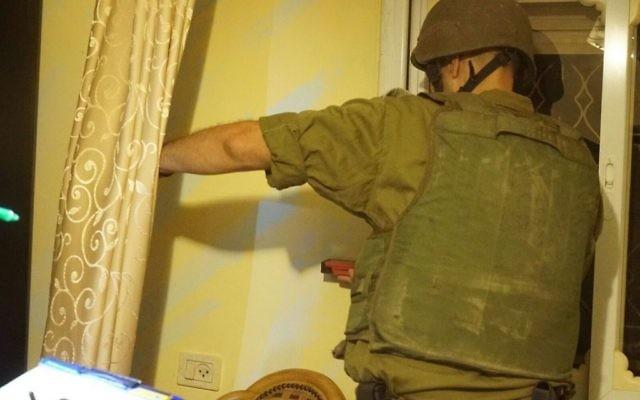 Un soldat israélien cartographie le domicile du terroriste palestinien Nimer Mahmoud Ahmed Jamal à Bayt Surik, en CIsjordanie, avant sa démolition, le 2è septembre 2017. (Crédit : armée israélienne)