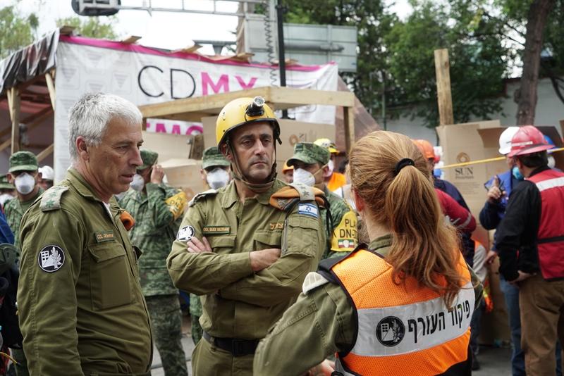 Le colonel de réserve Gili Shenhar, à gauche, et le colonel Dudi Mizrahi avec un soldat du Commandement de la Défense passive pendant une opération de recherche et de sauvetage à Mexico, après un important séisme, le 24 septembre 2017. (Crédit : armée israélienne)