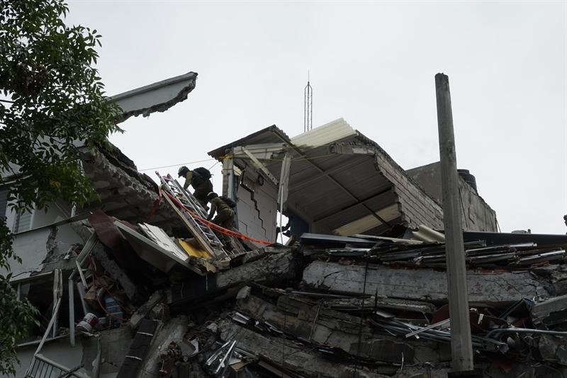 Soldats israéliens à la recherche de survivants dans un immeuble qui s'est effondré à Mexico, après un violent séisme, le 24 septembre 2017. (Crédit : armée israélienne)