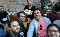Les participants à un concours nommé le premier championnat du monde d'houmous qui a eu lieu à Buenos Aires, le 17 septembre 2017 Sept. 17, 2017  (Autorisation : Les fans Juifs et musulmans d'houmous)