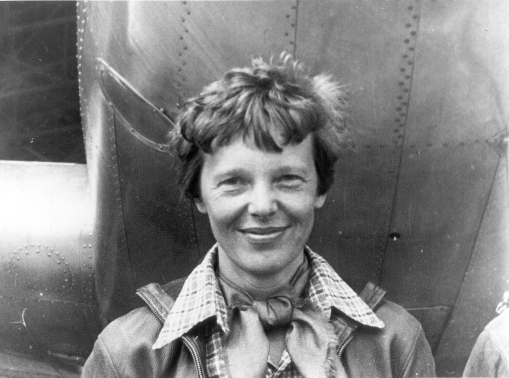 Amelia Earhart sous le nez de son Lockheed Model 10-E Electra. Impression en gélatine argent, 1937. National Portrait Gallery, cadeau de George R. Rinhart, en mémoire de Joan Rinhart (Crédit : Domaine public via wikipedia)