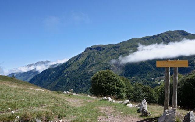Un sentier de randonnée dans les Pyrénées. Illustration. (Crédit : Myrabella/CC BY-SA 3.0/Wikimedia Commons)