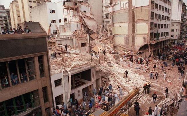 Le centre communautaire juif de Buenos Aires après l'attentat, au mois de juillet 1994 (Crédit : Cambalachero/Wikimedia commons)