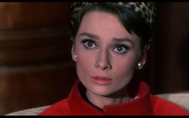 """Audrey Hepburn dans """"Charade"""", sorti en 1963. (Crédit : domaine public/Wikimedia Commons)"""