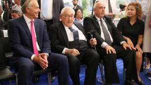 L'ancien Premier ministre britannique Tony Blair, Henry Kissinger et Yoni Peres pendant la cérémonie commémorant le premier anniversaire du décès de Shimon Peres, au cimetière du mont Herzl, à Jérusalem, le 14 septembre 2017. (Crédit : Josef Avi Yair Engel)