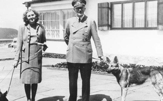 Adolf Hitler et Eva Braun promenant leurs chiens, en 1942. (Crédit : German Federal Archive)