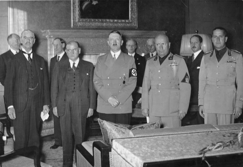 De gauche à droite : Chamberlain, Daladier, Hitler, Mussolini et Ciano photographiés avant la signature des accords de Munich qui a donné la région des Sudètes à Hitler (Crédit : Archives fédérales allemandes / Wikipedia)