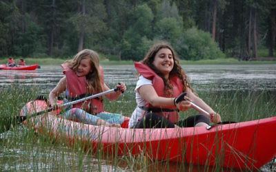 Activité kayak au camp Gilboa, près de Los Angeles. (Crédit : Camp Gilboa)