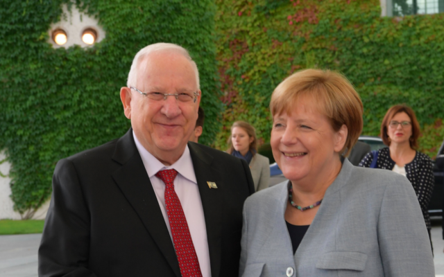 Le président Reuven Rivlin, à gauche, et la chancelière allemande Angela Merkel, à Berlin, le 7 septembre 2017. (Crédit : Amos Ben Gershom/GPO)
