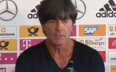 Joachim Loew dénonçant lors d'une conférence de presse les chants et les gestes nazis pendant le match de qualification pour la Coupe du Monde 2018 République tchèque - Allemagne (Crédit : Capture d'écran)