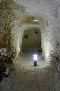 L'accès à la Grotte 3 sur le site archéologique de Khirbet el-Maqatir. (Crédit : Facebook)