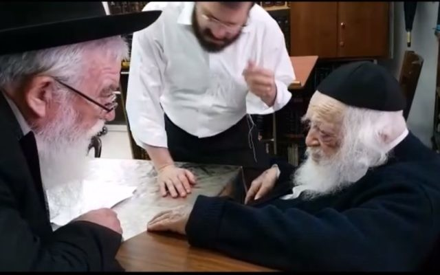 Le rabbin Chaim Kanievsky (à droite ) autorise les Juifs de Floride à voyager durant Shabbat pour fuir l'ouragan Irma. (Crédit : capture d'écran YouTube)