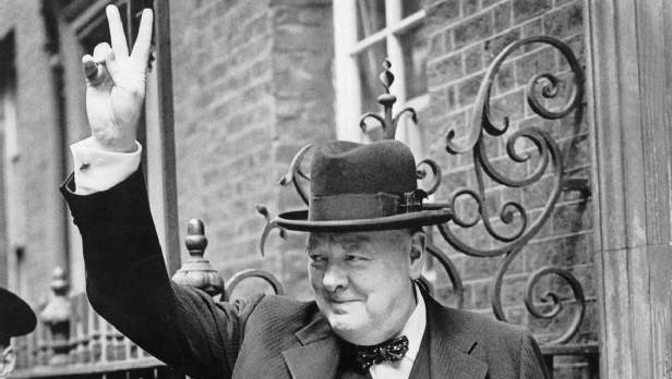 Winston Churchill à Downing Street faisant son fameux 'V' de la victoire, en 1943 (Crédit : Imperial War Museums/Domaine public)