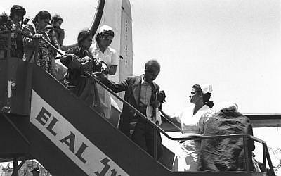 Des immigrants d'Irak et du Kurdistan descendent de leur avion à leur arrivée en Israël, qu'ils ont rejoint via Téhéran, à la fin du printemps 1951 (Crédit :Teddy Brauner, GPO)