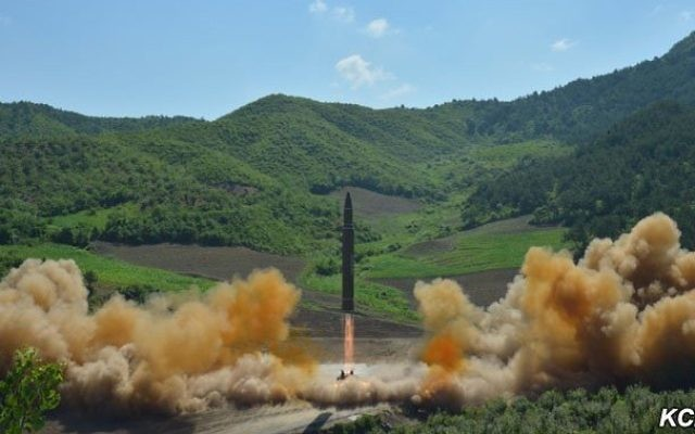 Un missile lancé pour un test dans la matinée du mardi 4 juillet 2017 (Capture d'écran : Agence de presse centrale coréenne)