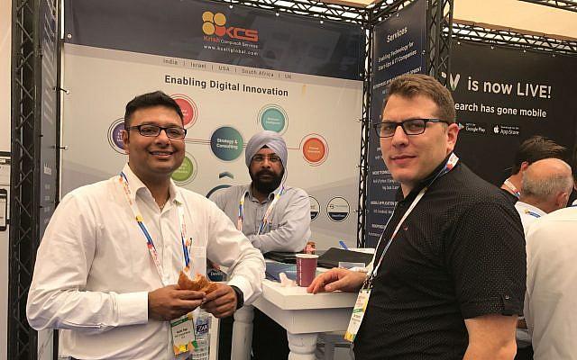 Ruchir Patel, à gauche, vice-président du développement commercial des services de la société Krish Compusoft basée en Inde qui assistent au DLD Tel Aviv, le 6 septembre 2017 (Crédit : Shoshanna Salomon / Times of Israel)