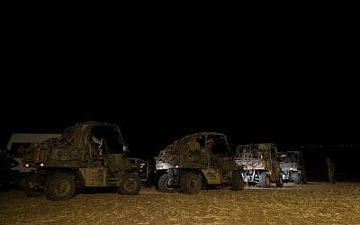 Des véhicules tout-terrain de l'armée israélienne durant un exercice dans le nord d'Israël qui simulait une guerre contre le groupe terroriste du Hezbollah au mois de septembre 2017. (Crédit : armée israélienne)