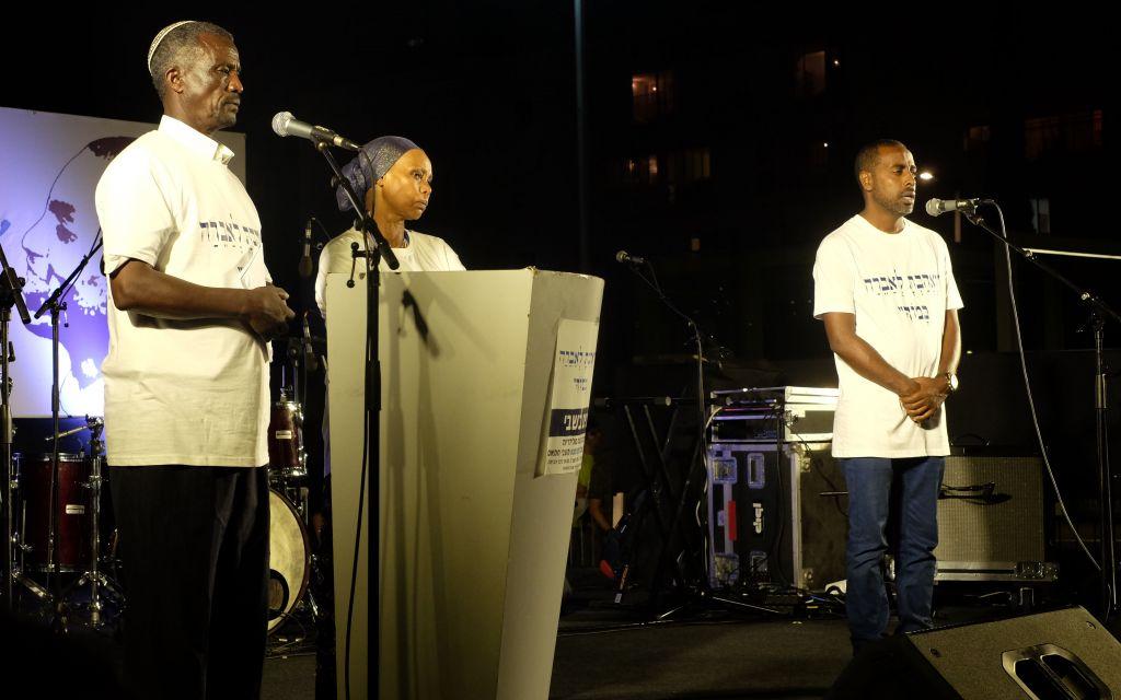 Haili et Agurnesh Mengistu pendant la manifestation de soutien à leur fils, Avraham Mengistu, citoyen israélien détenu depuis trois ans par le Hamas dans la bande de Gaza, sur la place Habima de Tel Aviv, le 3 septembre 2017. (Crédit : Judah Ari Gross/Times of Israël)
