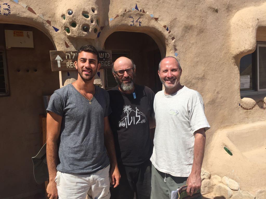 David (g) au kibboutz Lotan devant une maison construite de paille et de terre à l'isolations idéale. Au centre Mike Kaplin, fondateur des cours de permaculture.