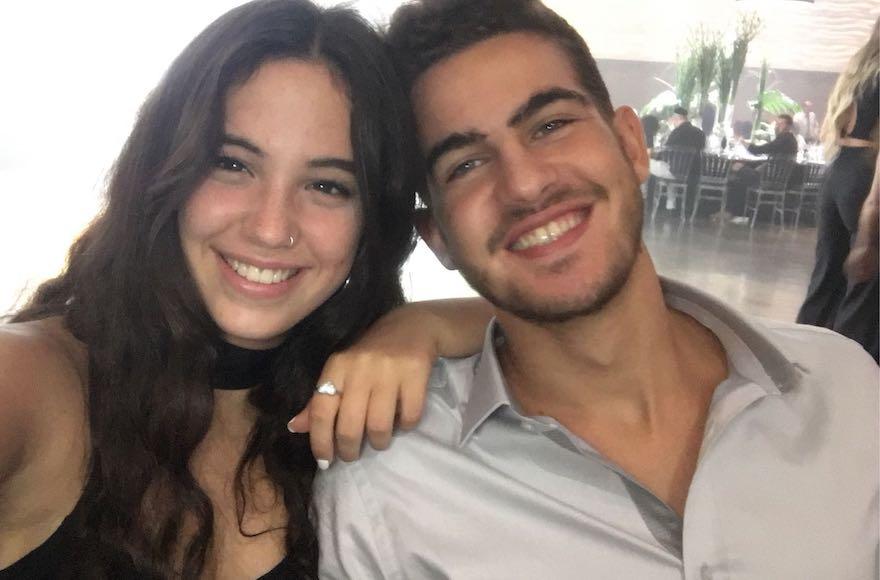 Yuval Sadaka, à gauche, prenant un selfie avec Ely Cohen à Shoham, Israël, le 5 septembre 2017 (Crédit : Sadaka / via JTA)