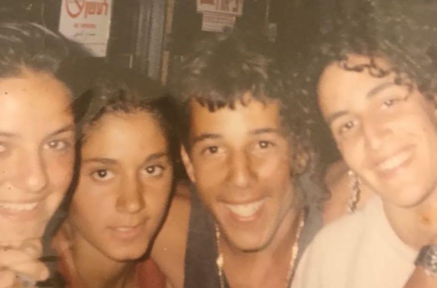 Eyal Turgeman posant avec des filles qu'il a rencontrées lors d'un voyage d'été à Eilat, en Israël, en 1991 (Crédit : Autorisation Turgeman / via JTA)
