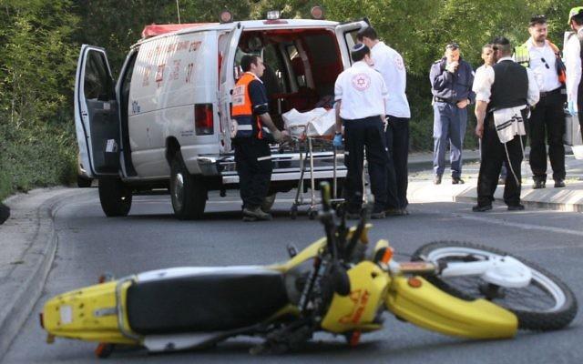 Les services d'urgence de MDA enlèvent la dépouille d'un motard tué après un accident survenu rue   Ish Shalom à Jérusalem, le 28 mai 2008 (Crédit :Yossi Zamir/Flash90)
