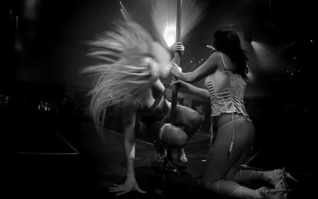 Des stripteaseuses sur scène dans un club de strip-tease de Tel Aviv, en février 2008. (Crédit : Boaz Oppenheim/Flash90)