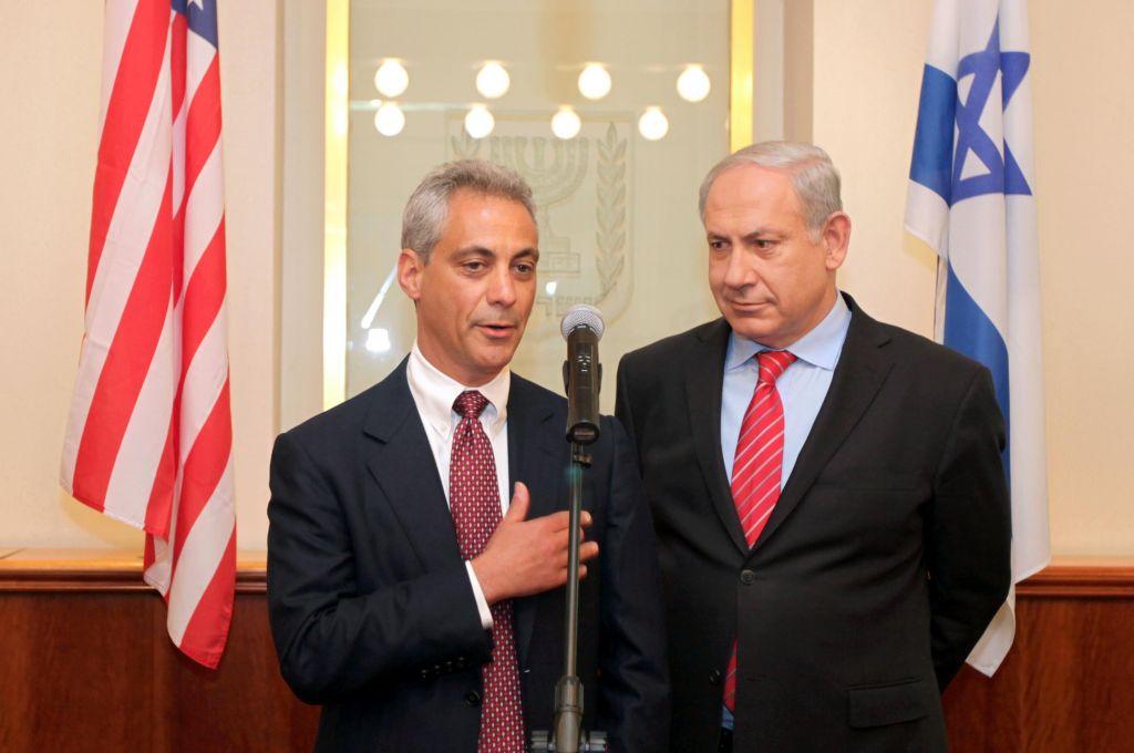 Le Premier ministre Benjamin Netanyahu accueille le chef de cabinet de la Maison Blanche Rahm Emanuel au bureau du Premier ministre à Jérusalem, le 26 mai 2010 (Crédit : Ariel Jerozolimski/Flash90)