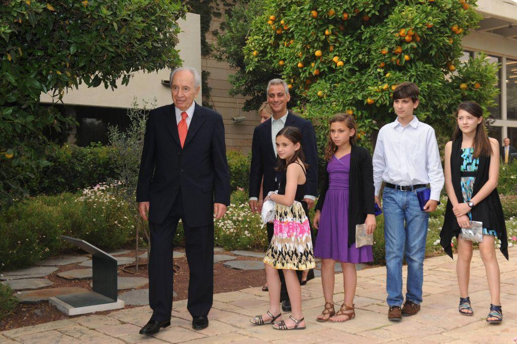 Le président Shimon Peres auprès du chef d'Etat-major de la Maison Blanche Rahm Emanuel et sa famille à la résidence du président de Jérusalem, en 2010 (Crédit : Amos Ben Gershom/GPO/Flash90)
