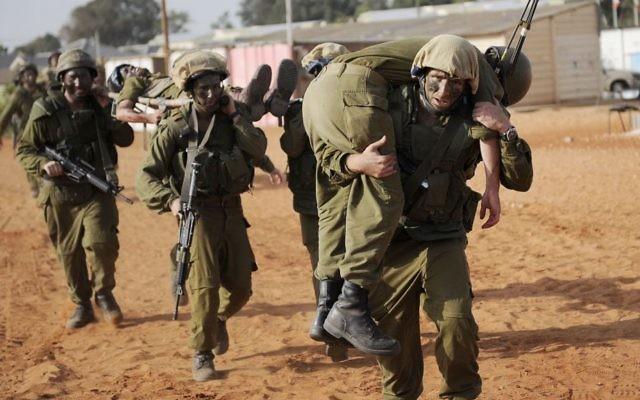 Des soldats de l'armée participant à un exercice, le 26 octobre 2010 (Crédit : Michal Shvadron / Unité des Porte-parole de l'armée / Flash90)