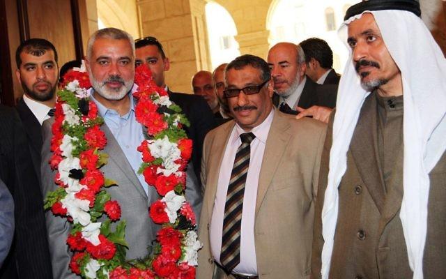 Ismail Haniyeh, alors Premier ministre du Hamas, avec des responsables égyptiens, en février 2012. (Crédit : Ahmed Shaat/Flash90)