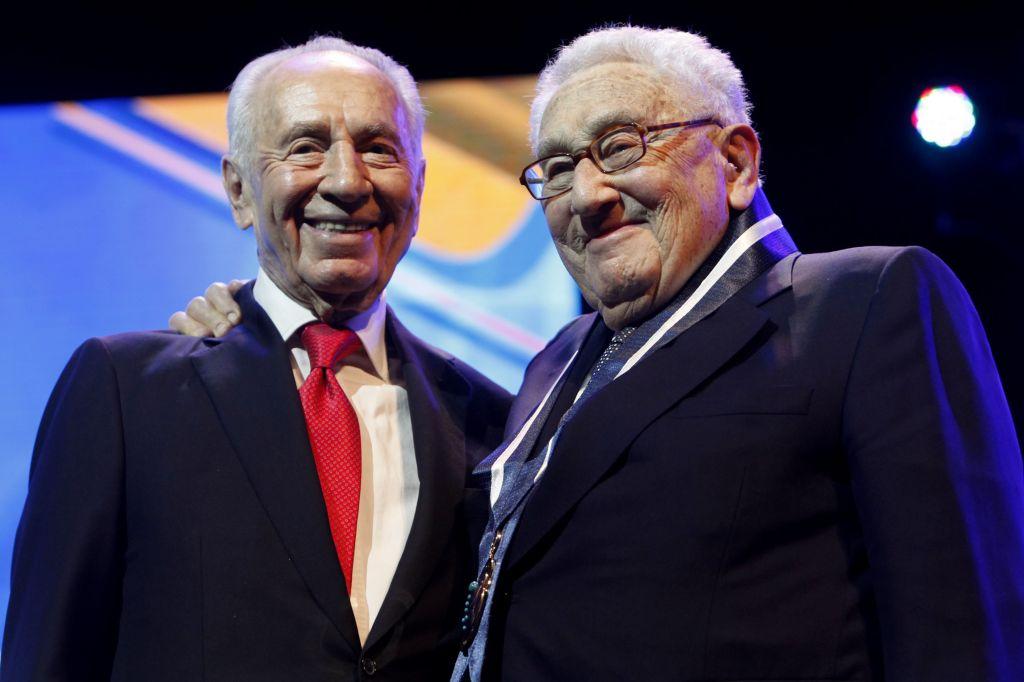 Shimon Peres, alors président, remet une récompense à l'ancien secrétaire d'Etat américain Henry Kissinger, à Jérusalem, le 19 juin 2012. (Crédit : Miriam Alster/Flash90)