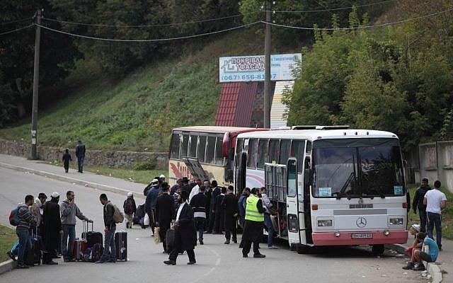 Les pèlerins juifs ultra orthodoxes montant dans des bus pour Uman, en Ukraine, le 8 septembre 2013 (Crédit : Yaakov Naumi / Flash90)