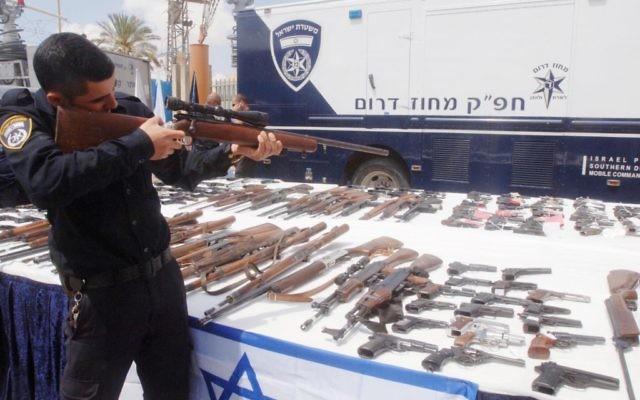 """Armes à feu illégales saisies par la police israélienne pendant l'opération """"Loi et Ordre"""", en avril 2014. Illustration. (Crédit : Flash90)"""