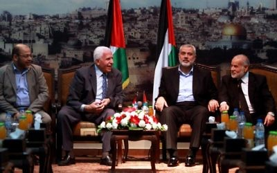 Les chefs du Hamas et du Fatah  se rencontrent à Gaza pour évoquer la réconciliation palestinienne le 22 avril 2014. De gauche à droite : le leader du Hamas  Moussa Abu Marzouk, le responsable du Fatah Azzam Al-Ahmed, le chef du gouvernement du Hamas Ismail Haniyeh, et le président-ajoint du parlement palestinien Ahmed Bahar (Crédit : Abed Rahim Khatib/Flash90)