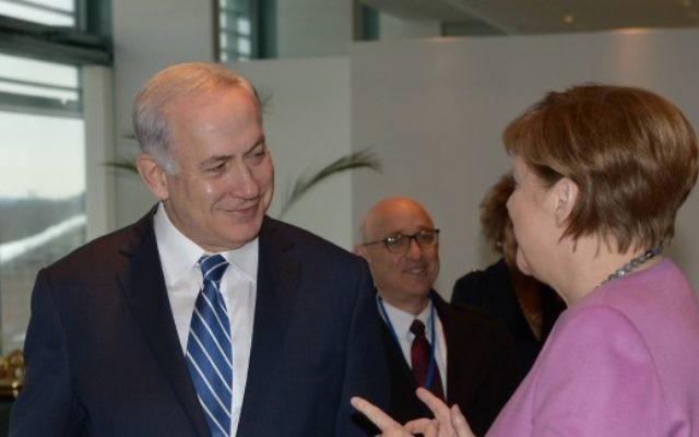Le Premier ministre Benjamin Netanyahu avec la chancelière allemande Angela Merkel, à Berlin, le 16 février 2016. (Crédit : Amos Ben Gershom/GPO)