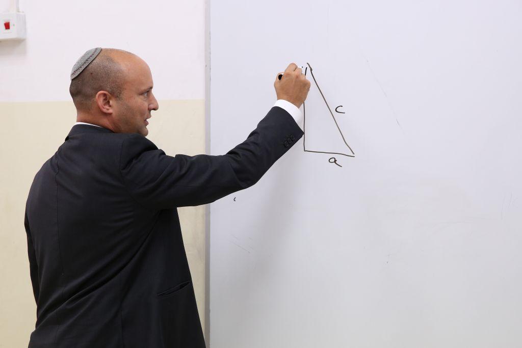 Le ministre de l'Éducation Naftali Bennet en visite dans une école Shas (Mosdot Yosef) à Tel Aviv le 10 mai 2016. (Crédit : Yaacov Cohen/Flash90)