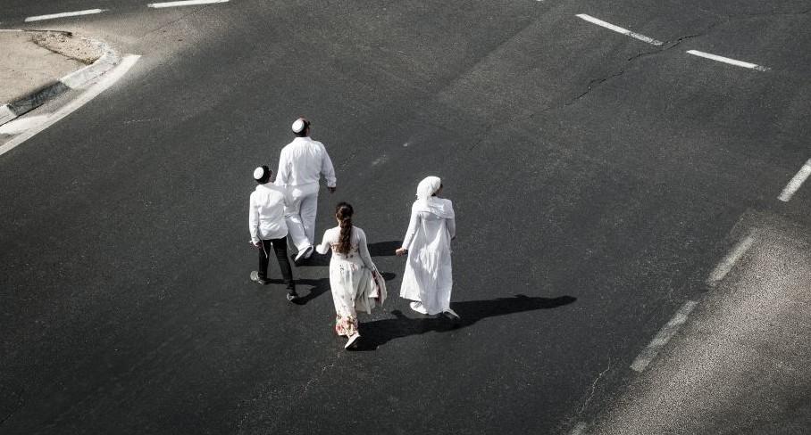 Des juifs orthodoxes se promènent dans les rues vides de Jérusalem à Yom Kippour, le jour le plus sacré du calendrier juif,, le 12 octobre 2016 (Crédit : Sebi Berens / Flash 90)