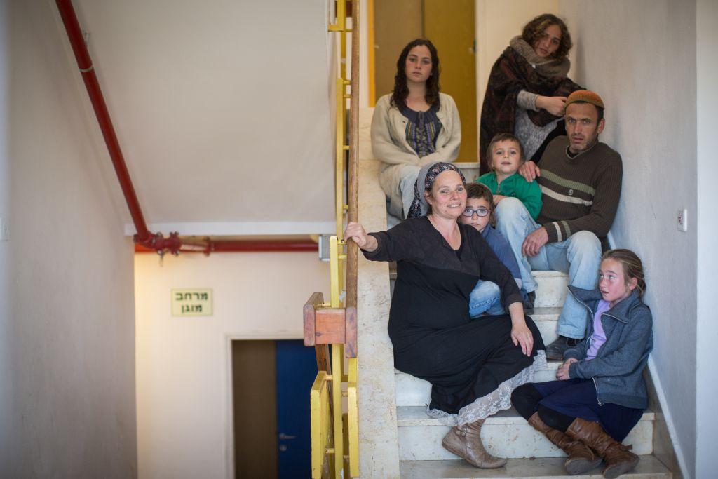 La famille Ziv, évacuée de l'avant-poste illégal d'Amona, à Ofra, en Cisjordanie, le 10 février 2017. (Crédit : Hadas Parush/Flash90)