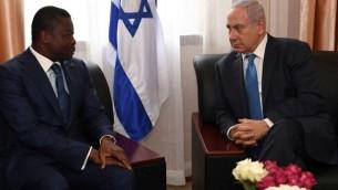 Le Premier ministre Benjamin Netanyahu rencontre le président du Togo Faure Gnassingbé pendant le sommet de la CEDEAO à Monrovia, au Libéria, le 4 juin 2017 (Crédit :Kobi Gideon/GPO/Flash90)