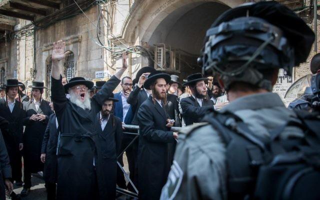 Les agents de la police israélienne s'opposent aux Juifs ultra-orthodoxes dans le quartier  Mea Shearim, le 4 juin  2017 (Crédit : Yonatan Sindel/Flash90)