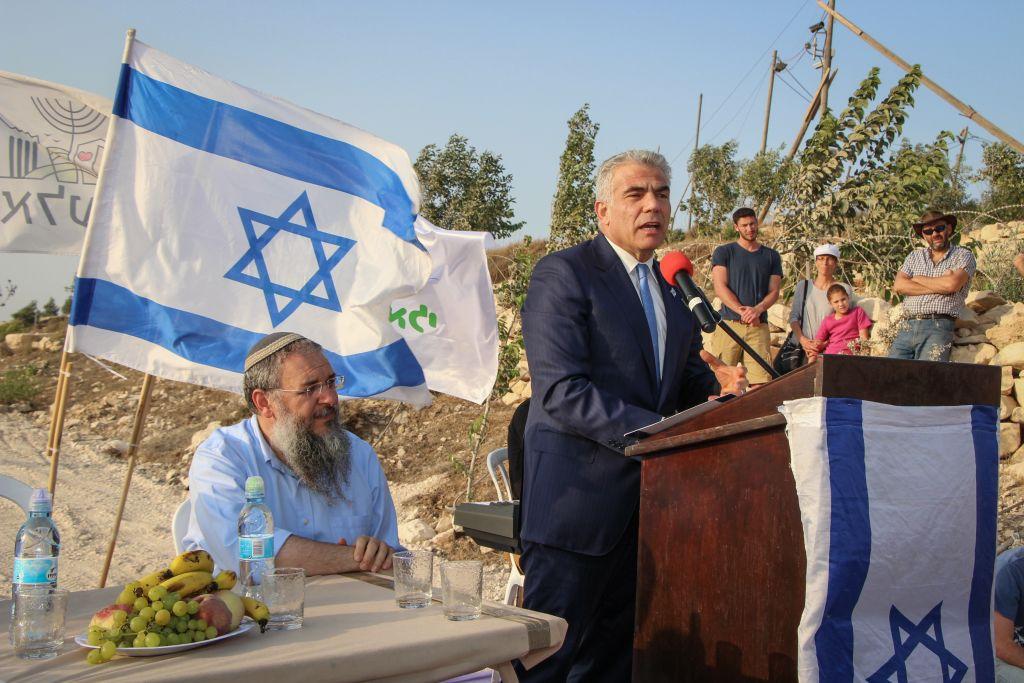 Yair Lapid, président de Yesh Atid, pendant une cérémonie dans l'avant-poste de Netiv Avot, le 23 juillet 2017. (Crédit : Gershon Elinson/Flash90)