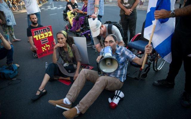 Image d'illustration de militants de la défense des handicapés bloquant la rue Ibn Gvirol à Tel Aviv pour réclamer la hausse des allocations gouvernementales, le 31 août 2017 (Crédit : Miriam Alster/Flash90)