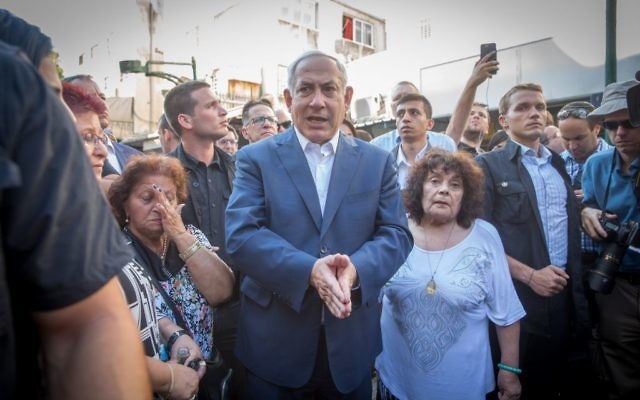 Le Premier ministre  Benjamin Netanyahu rencontre des habitants du sud de Tel Aviv durant une visite du quartier, le 31 août 2017 (Crédit : Miriam Alster/Flash90)