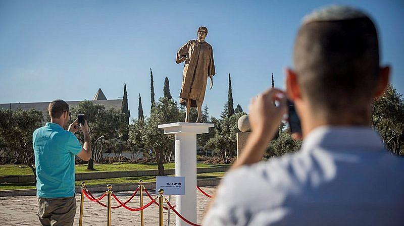 Une statue représentant la juge de la Cour suprême Miriam Naor est apparue près de la Cour suprême à Jérusalem le 31 août 2017 (Crédit : Yonatan Sindel / Flash90)