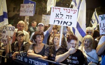 Manifestation d'habitants du sud de Tel Aviv devant le domicile de Miriam Naor, présidente de la Cour suprême, à Jérusalem, le 2 septembre 2017. (Crédit : Hadas Parush/Flahs90)
