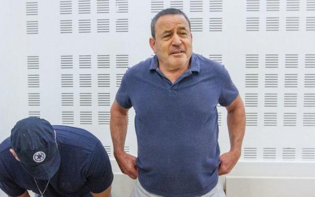 Le brigadier général (réserviste) de l'armée israélienne Shay Brosh, soupçonné dans une affaire de corruption majeure qui entoure l'achat de navires pour la marine, est présenté lors d'une audience du tribunal devant la cour des magistrats de Rishon Lezion, le 4 septembre 2017 (Crédit :  Flash90)