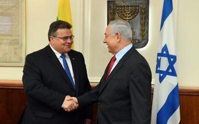 Linas Linkevicius, ministre lituanien des Affaires étrangères avec le Premier ministre Benjamin Netanyahu, à Jérusalem, le 4 septembre 2017. (Crédit : Haim Zach/GPO)