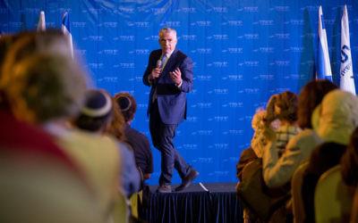 Yair Lapid, président du parti de Yesh Atid, pendant une réunion devant des immigrants anglophones à Jérusalem, le 6 septembre 2017. (Crédit : Yonatan Sindel/Flash90)