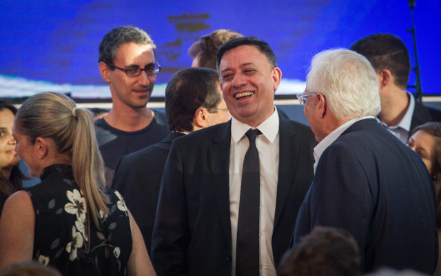 Le président du parti travailliste Avi Gabbay lors d'une cérémonie de commémoration organisée au Centre Rabin de Tel Aviv, 20 ans après le décès de l'ancien président Chaim Herzog, le 7 septembre 2017 (Crédit : Flash90)